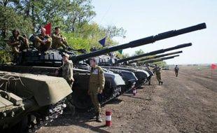 Des séparatistes prorusses prennent part à un exercice militaire entre unités blindées près de la ville de Torez, dans la région de Donetsk, le 24 septembre 2015