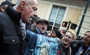 Des fans rassemblés devant la maison de Johnny Hallyday à Marnes-la-Coquette, ce 6 décembre 2017.