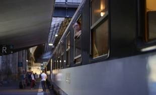 Illustration du départ d'un train de nuit.