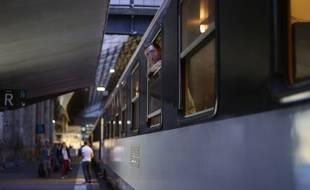Illustration du départ d'un train de nuit