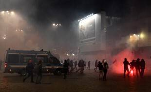 La police italienne aux prises avec des manifestants opposés aux nouvelles mesures gouvernementales visant à juguler la seconde vague de l'épidémie de Coronavirus, à Rome, le 27 octobre 2020.