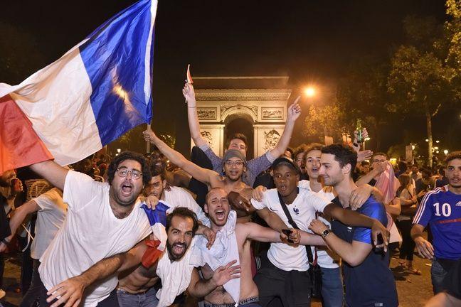 La teuf sur les Champs après la qualification pour la finale.