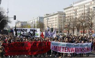 Des manisestants marchent sur la Karl-Marx-Allee contre la gentrification et les hausses des prix du loyer, le 6 avril 2019 à Berlin.