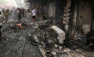Bagdad (Irak), le 3 juillet. Des Irakiens inspectent les décombres après un attentat qui a fait au moins 213 morts le 2 juillet sur un marché de Bagdad.