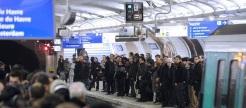 Des passagers attendent une rame sur un quai bondé de la station Saint-Lazare, le 7 décembre 2010 à Paris.