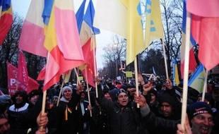 Quelque 7.000 personnes, selon la gendarmerie, ont défilé jeudi à Bucarest à l'appel de l'opposition pour demander la démission du président roumain Traian Basescu, a constaté une journaliste de l'AFP.