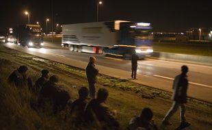 Un migrant est mort, percuté par une voiture sur la rocade portuaire de Calais (illustration).