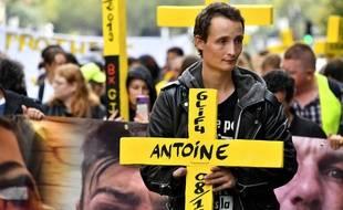 Antoine Boudinet, 27 ans, a eu la main droite arrachée par une grenade GLI-F4 le 8 décembre. Il manifestait ce dimanche avec d'autres mutilés.