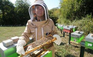 Arnaud Montebourg récolte du miel à Pannessières dans le Jura, le 20 septembre 2018.