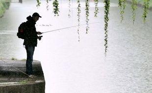 Illustration.  Un pêcheur sur les berges.