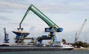 Le déficit commercial de la France a reculé de 6,2% en octobre par rapport à septembre, pour atteindre 4,685 milliards d'euros, grâce notamment à une progression des exportations chimiques, de pétrole raffiné et de céréales, ont annoncé vendredi les douanes.