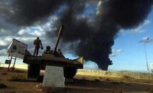Un militaire libyen sur tank à Benghazi où des combats opposent l'armée à des islamistes, le 23 décembre 2014