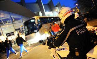 Des policiers devant le Parc des Princes, le 15 mars 2009.