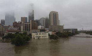 La métropole de Houston, 2,3 millions d'habitants, était complètement paralysée lundi par la montée des eaux.