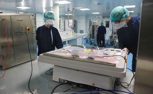 A l'usine école EASE de l'université de Strasbourg à Illkirch-Graffenstaden, formation aux métiers de production en salle blanche.