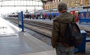 Des voyageurs sur le quai de la gare Saint-Charles, le 5 décembre 2014 à Marseille