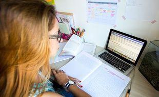 Une élève de terminale révise son bac.