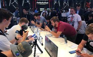 Les visiteurs découvrent le smartphone V30 sur le stand LG au salon IFA 2017.