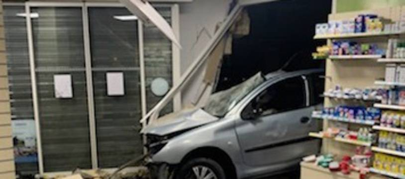 L'automobiliste a perdu le contrôe de son véhicule et a foncé dans la pharmacie.
