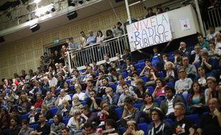 Des employés en grève de Radio France participent à une assemblée générale le 14 avril 2015 au siège de Radio France