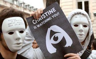 Des personnes participent à une manifestation contre le projet de loi Création et Internet, le 25 avril 2009 à Paris.