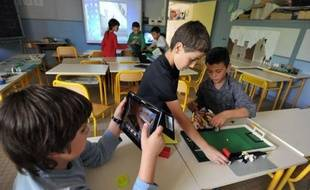 Volontaire pour une expérimentation de la semaine de cinq jours, une école d'Angers propose depuis deux ans un aménagement des rythmes de l'enfant basé sur neuf demi-journées - mercredi matin inclus - et complété par des activités périscolaires gratuites, sous le regard de chercheurs chargés d'évaluer l'impact sur la qualité de l'apprentissage.