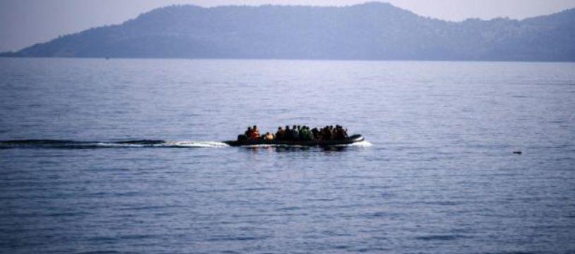 Des migrants arrivent sur un petit bateau pneumatique sur l'île de Lesbos, en Grèce, le 19 octobre 2015