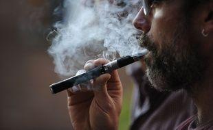 Un homme vapotant une cigarette électronique (illustration).