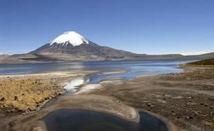 Illustration de la Cordillère des Andes. Le Parinacota, volcan endormi, et le lac Chungara, dans le Parc national Lauca.