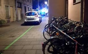 Une zone bouclée bientôt trois heures après les tirs dans la rue Sainte-Hélène, en plein centre de Strasbourg.