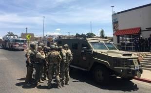 Des policiers armés sont rassemblés près d'un véhicule du FBI, au centre commercial Cielo Vista, à El Paso (Texas), le 3 août 2019.