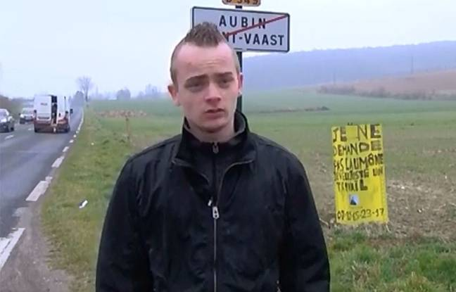 Billy Vilain, 20 ans, chômeur, devant sa pancarte.