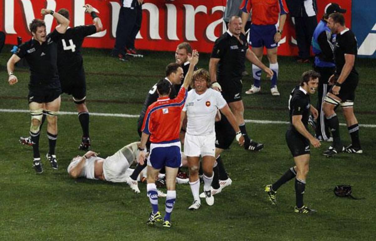 Craig Joubert, de dos, l'arbitre de la finale de la Coupe du monde de rugby 2011, France vs Nouvelle-Zélande. – Dita Alangkara/AP/SIPA