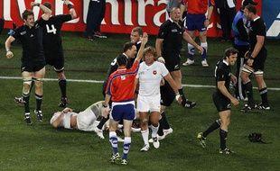 Craig Joubert, de dos, l'arbitre de la finale de la Coupe du monde de rugby 2011, France vs Nouvelle-Zélande.