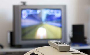 Une télévision et sa télécommande. Illustration.
