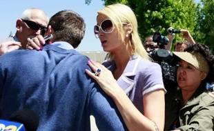 Paris Hilton, en train de réconforter Cy Waits (de dos à gauche) après qu'il a été attaqué, le 27 avril 2011 à Los Angeles.