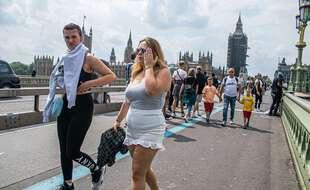 Des touristes sur le pont de Westminster à Londres en juillet 2021.