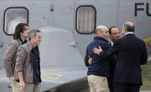 Les quatre journalistes, retenus en otage par Daesh en Syrie entre 2013 et 2014, lors de leur arrivée en France après leur libération.