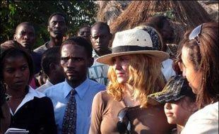 L'arrivée de Madonna a semé la pagaille mardi dans un village du Malawi où la chanteuse s'est rendue afin de visiter l'orphelinat où elle avait trouvé l'an dernier le petit David, dont elle a la garde et qu'elle veut adopter.