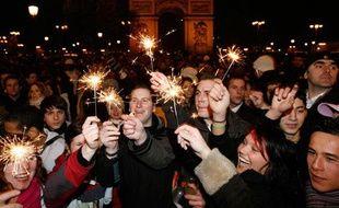 Des personnes fêtent le Nouvel An sur l'avenue des Champs-Elysées à Paris, le 1er janvier 2008.