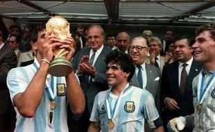 Brown soulève la Coupe du monde 1986 sous les yeux de Maradona