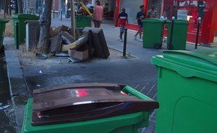 Paris, le 20 juin 2017. Les poubelles marrons dédiées aux déchets organiques sont vidées par le Syctom deux fois par semaine.