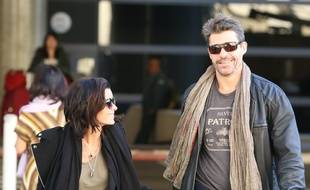 Jenifer et Thierry Neuvic à l'aéroport de Los Angeles en décembre 2013.