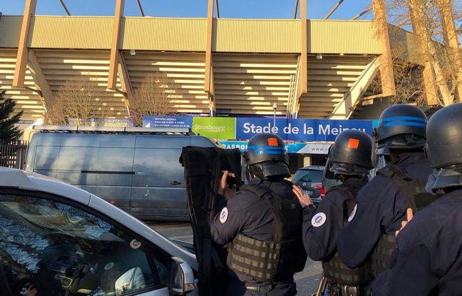 Des policiers aux abords du stade en attente que les terroristes soient neutralisés