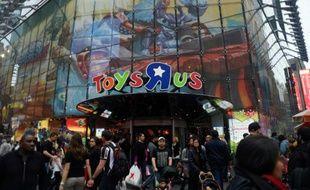"""L'entrée du magasin de jouets Toys """"R"""" US à Times Square à New York, le 24 décembre 2015"""
