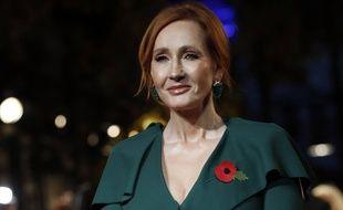 L'autrice britannique J.K. Rowling a été accusée de transphobie et après s'être moquée d'un article qui avait remplacé le mot « femme » par « personne qui a des menstruations ».