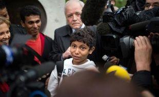 Le père d'un enfant bangladais, Fahim Alam, récemment sacré champion de France d'échecs, a été provisoirement régularisé vendredi par la préfecture du Val-de-Marne, mettant ainsi fin à l'obligation de quitter le territoire français (OQTF) qui frappait les deux hommes.