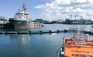 Le prototype du projet Ocean Cleanup, une barrière filtrante pour débarrasser les océans des déchets plastiques, a été dévoilé le 22 juin 2016.