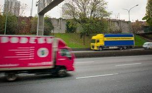 Illustration: des camions sur une route française.