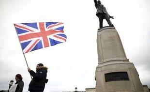 Un homme avec un drapeau britannique, à Belfast le 8 avril 2021.